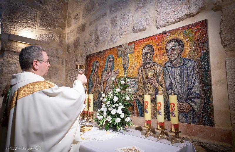 Fr. Francesco Patton alza il calice durante la messa per i festeggiamentoi di San Girolamo